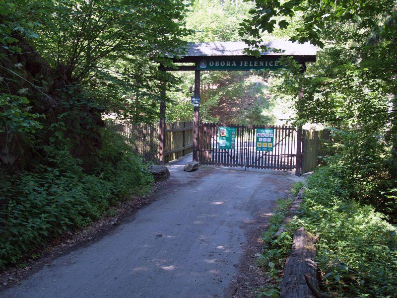 Vstupní brána do obory Jelenice.