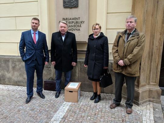 """SVOL předalo petici """"za prosperující lesy"""" poslancům"""